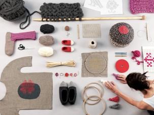 RAZKRITE ROKE / Ustvarjanje medkulturnih povezav, socializacija in izobraževanje s tekstilnim ročnim delom